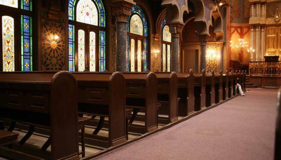 שימוש במאוורר תקרה בבית הכנסת